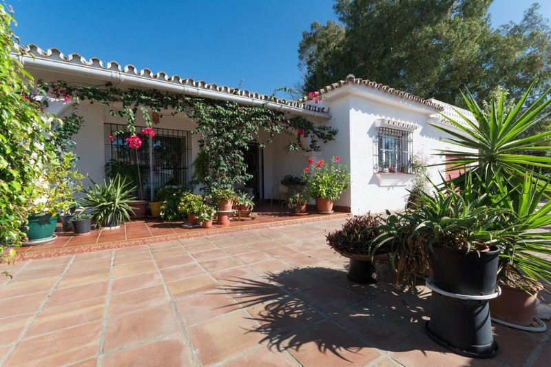 3 bedroom villa to refurbish between Marbella and Estepona