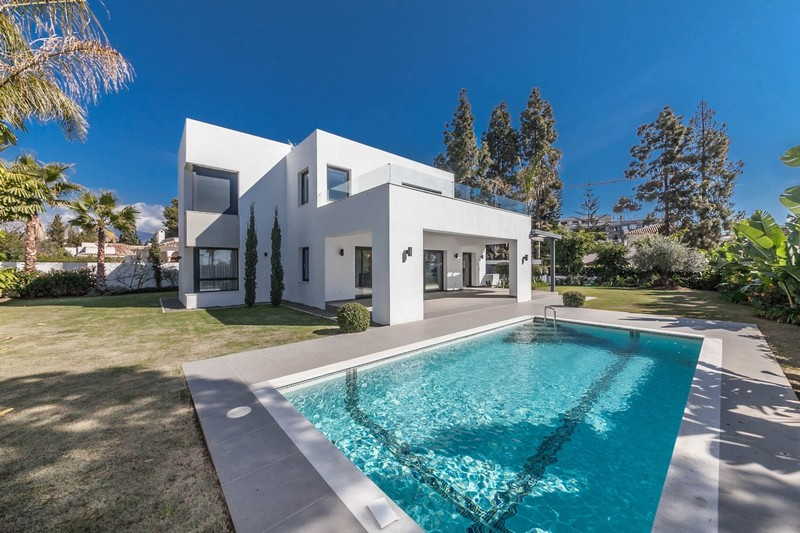 Estepona - Well executed contemporary family villa at Paraiso Bajo on the new Golden Mile.