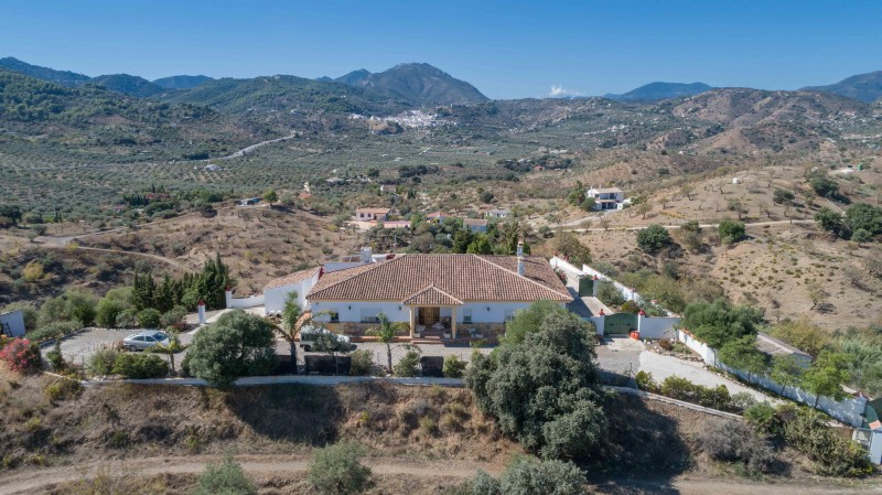 Spacious country villa for sale at Monda