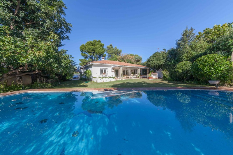 Traditional 4 bedroom 3.5 bathroom single level villa between Marbella and Estepona