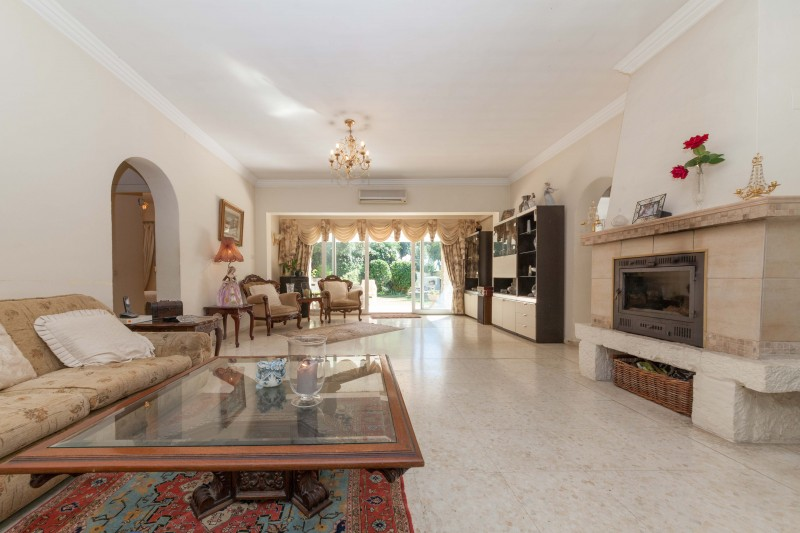 Villa for sale between Marbella and Estepona
